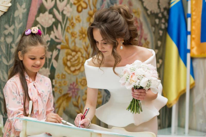 a8b8d362f65065 У Калуському міському відділі ДРАЦС учениця провела церемонію одруження  своєї вчительки (ФОТО) 03 червня 2019